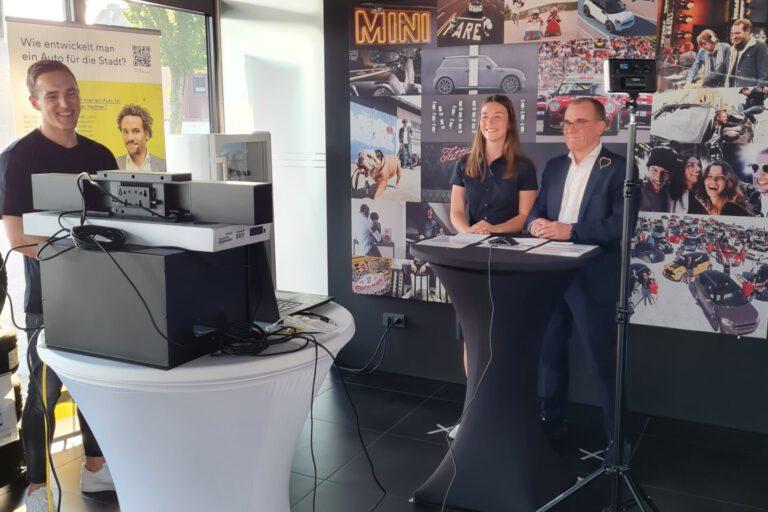 Carolin Bohnhorst und Gerd Boomers im Liveinterview vor Kamera und Beleuchtung, im Hintergrund Techniket David Aalbers