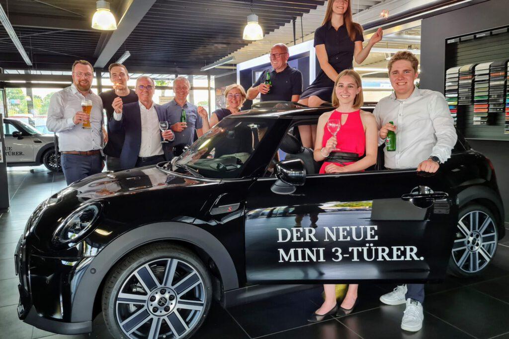MIN ITeam Bocholt Sieger MINI Award 2020 am schwarzen MINI 3-Türer