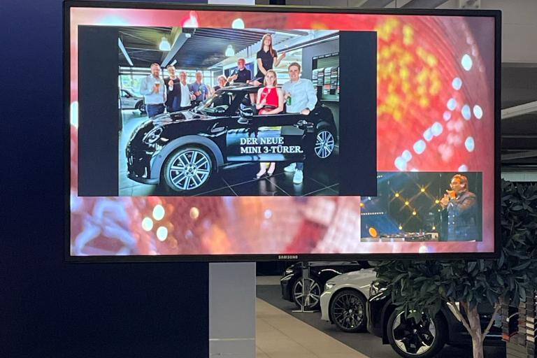 Bildschirm der Liveübertragung mit Teamfoto der Sieger Autohaus Boomers